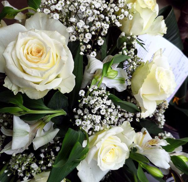 ljuvlig vit bukett rosor blommor Spånga