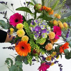färgglad bukett med många blommor spånga Crossandra blommor i Stockholm